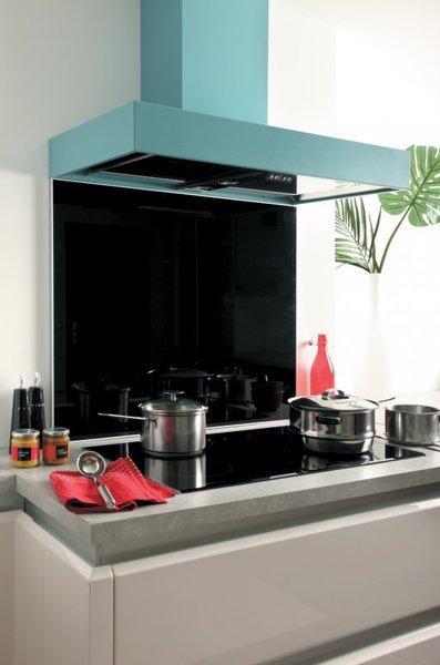 Cr dence de cuisine en verre noir avec cadre aluminium for Credence hotte de cuisine