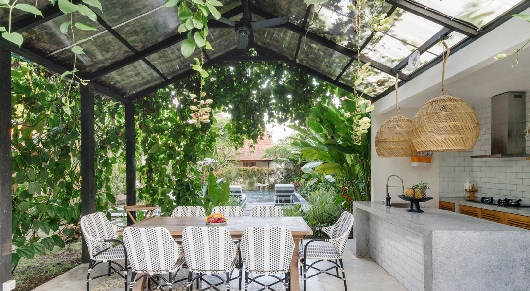 Pergola en verre feuilleté : un petit goût de vacances dans son jardin