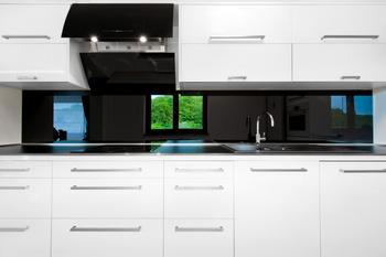 cr dence de cuisine et fond de hotte en verre sur mesure. Black Bedroom Furniture Sets. Home Design Ideas