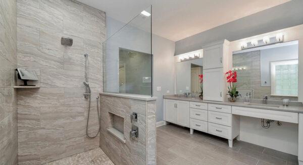 Demi paroi de douche en verre sur muret : une salle de bain pratique et esthétique