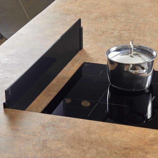 Crédence en verre noire pour îlot de cuisine